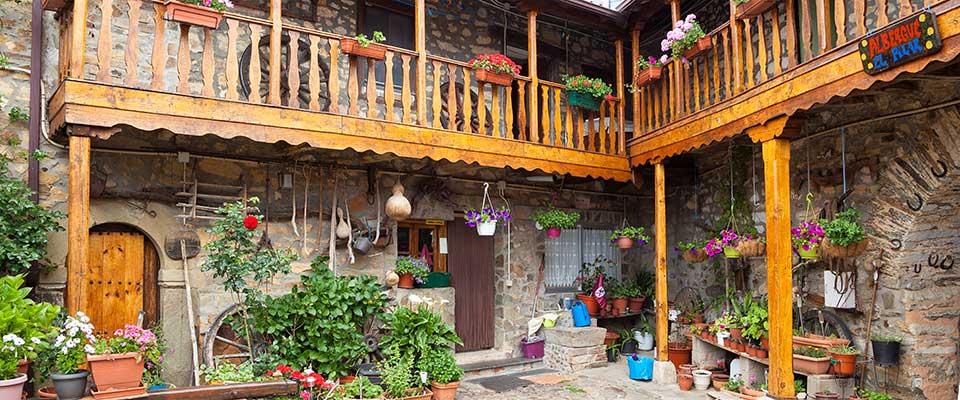 Rabanal del Camino, Albergue El Pilar, constuido sobre una casa maragata, vista del patio