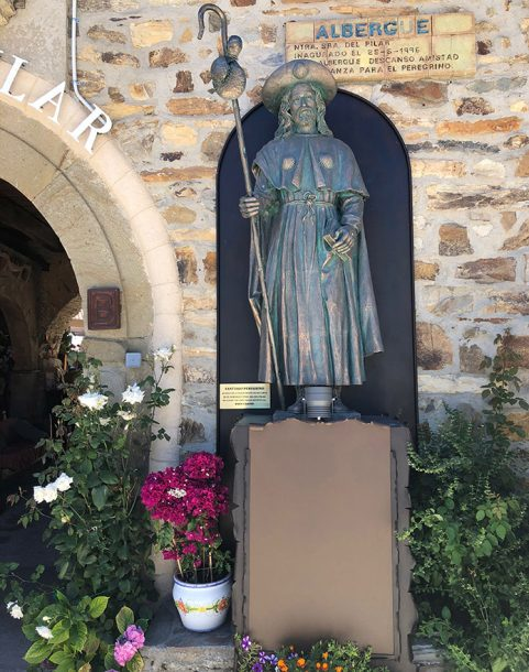 Escultura de Santiago en el Albergue El Pilar de Rabanal del Camino